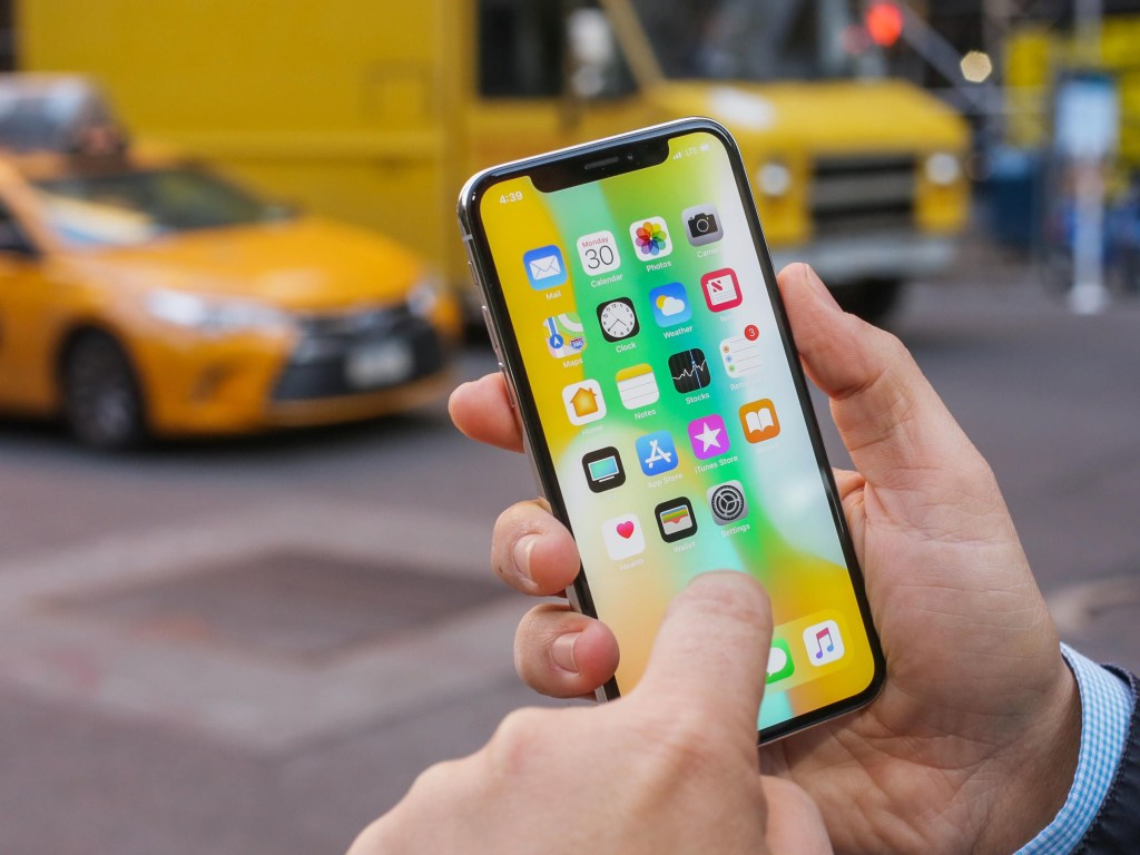 Apple показала баг в рекламе iPhone X